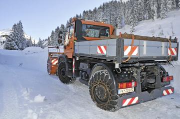 infrastructures mars 2012 le unimog u 500 4 roues directrices se moque des chutes de neige. Black Bedroom Furniture Sets. Home Design Ideas